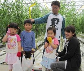 トマト収穫体験親子3.jpg