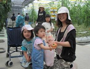 トマト収穫親子4.jpg